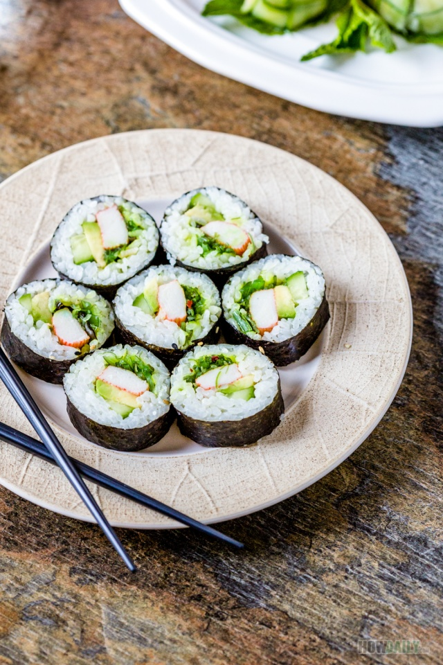 Crunchy salad sushi roll by HowDaily.com