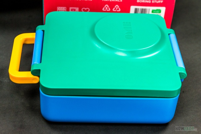 This bento lunch box comes with built-in handle
